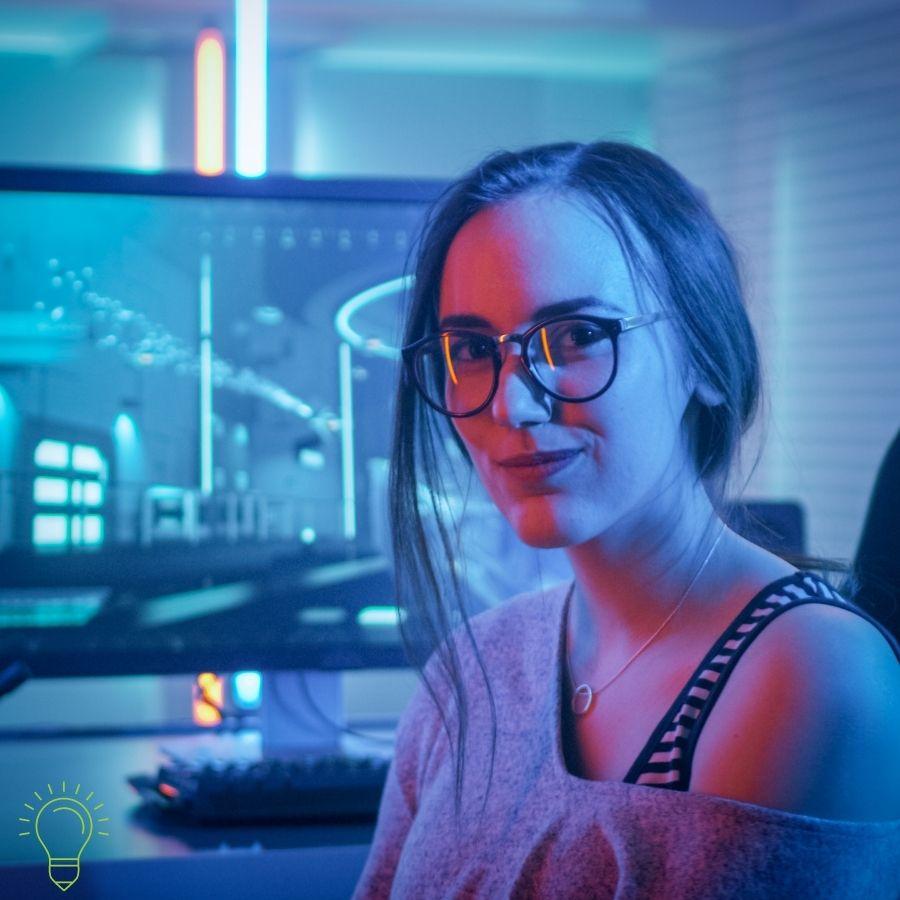 femme geek qui test des articles en ligne