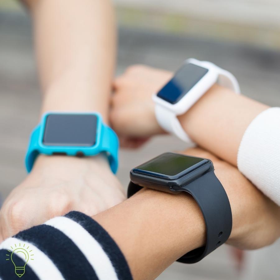 test de montre connectée bleu, noir et blanche